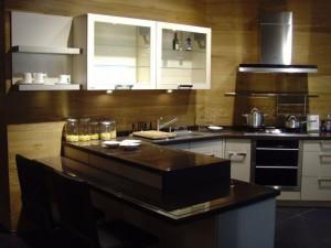 现代风格厨房U型橱柜装修效果图  黑色台面橱柜效果图
