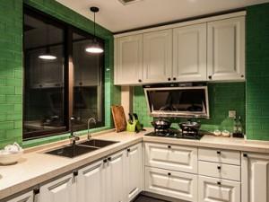 新颖绿色厨房实木橱柜装修效果图    多层实木橱柜图片