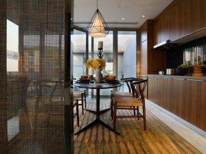 中式厨房开放式橱柜效果图 深棕色实木橱柜图片