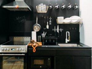 小型黑色厨房装修效果图 定制黑色橱柜图片