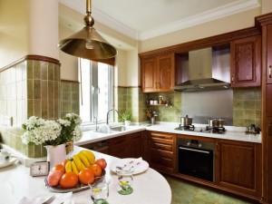 复古风格厨房装修效果图 定制棕色木质橱柜图片