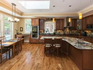 美式古典风格开放式厨房效果图 棕色实木橱柜图片