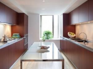 极简大户型厨房装修效果图 红色实木橱柜设计图片