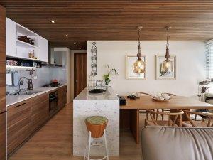 原木色厨房定制橱柜效果图 棕色实木橱柜门板图片