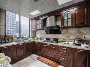 古典实木整体橱柜装修效果图 大户型厨房设计效果图