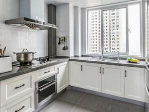 130平现代三居厨房装修效果图 U型白色橱柜图片