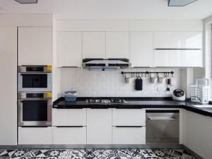 现代风白色厨房装修效果图 L型白色烤漆橱柜图片
