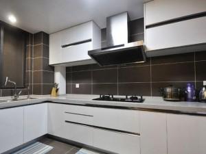 白色烤漆橱柜装修效果图 简约L型橱柜图片